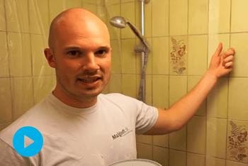 Grunde fliserne på badeværelset