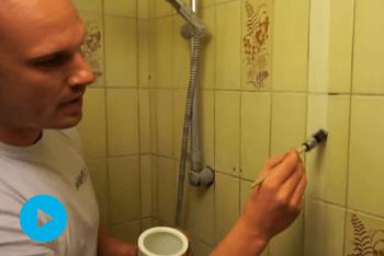 Skarp kant på fliserne på badeværelset